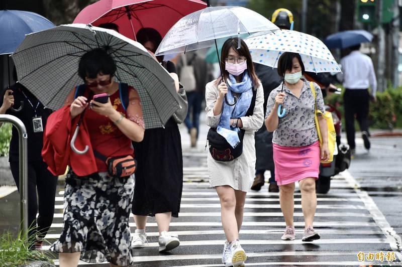 受到颱風外圍環流及東北風影響,明天北部跟東半部地區都會是陰陣雨的天氣。(資料照,記者塗建榮攝)