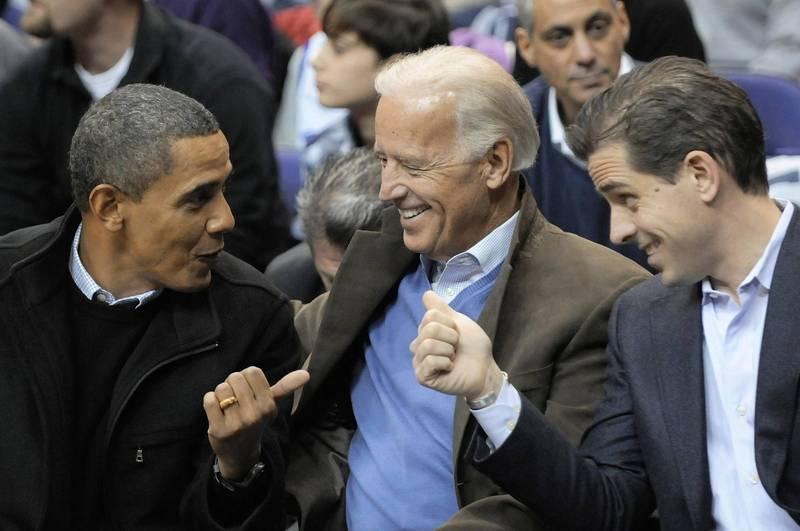 美國民主黨總統候選人拜登(中)及其次子杭特(右)近日爆出「電郵門」,前紐約市長朱利安尼指出,會有更多有關拜登的醜聞,相關消息將在大選前10天才會公布。左為美國前總統歐巴馬。(美聯社資料照)