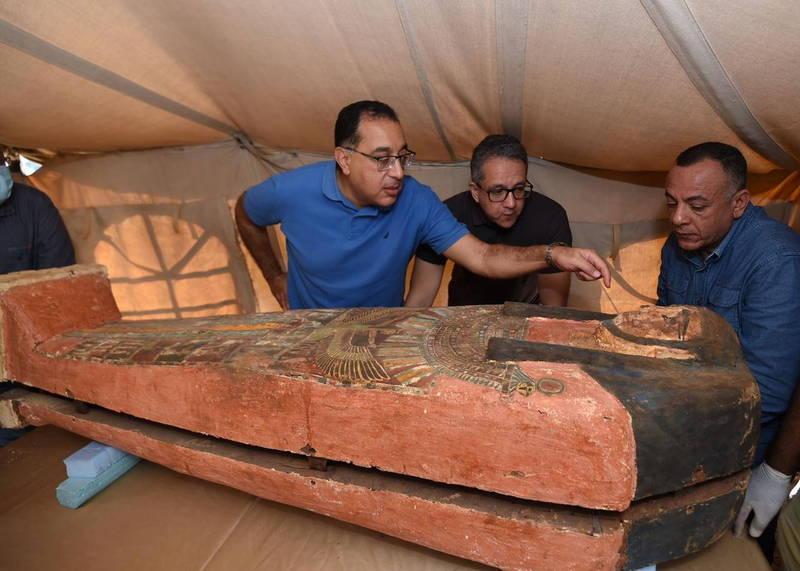 考古學家在首都開羅以南的「死者之城」薩卡拉大型墓地發現了另一批2500多年前埋葬的古棺,數量超過80具。圖為埃及總理馬德布利(左)19日到當地視察新發現。(路透)