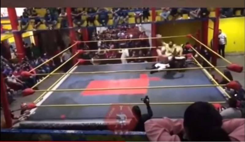 墨西哥一名摔角選手,比賽到一半時突然倒地不起。對手及裁判發覺情況不對勁,隨即上前關心,想不到這時他的隊友卻以為這是在演戲,衝上台給了對手一個飛踢。最後這名選手送醫急救後不治。(圖片擷取自YouTube)
