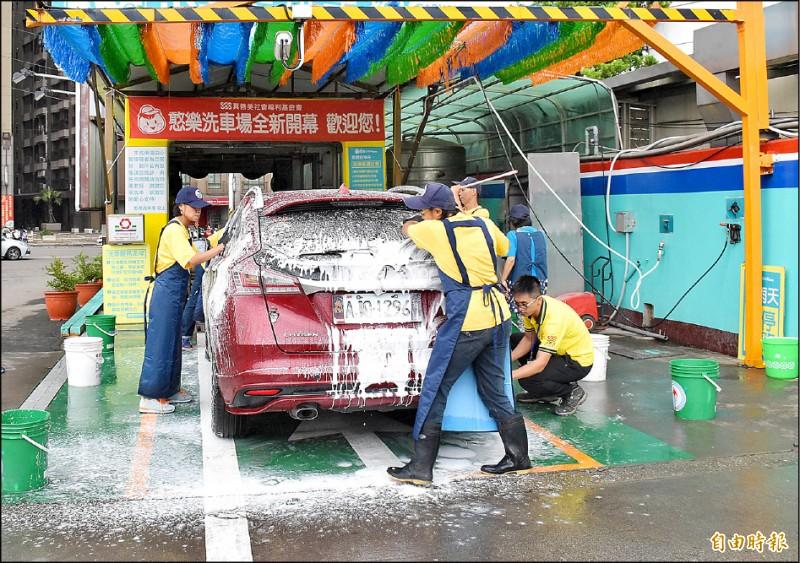一旦水情燈號調整為「橙燈」,包括洗車、游泳池、三溫暖、水療業者等,一律減供20%。(記者李容萍攝)