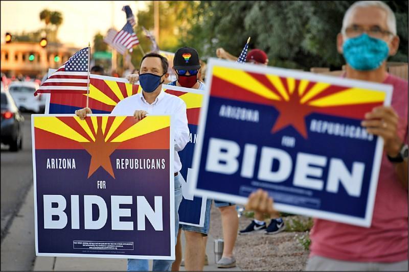 亞利桑那州自一九九六年柯林頓贏得連任後,至今尚未被民主黨總統候選人拿下。該州「相信尊重待人的亞利桑那州共和黨人」團體,十六日在鳳凰城路邊舉牌,表達支持民主黨候選人拜登。(法新社)