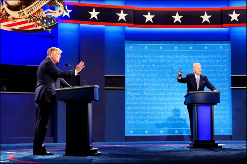 爭取連任的共和黨籍現任總統川普(左),與民主黨總統候選人拜登(右)9月29日的首場辯論會。(歐新社檔案照)