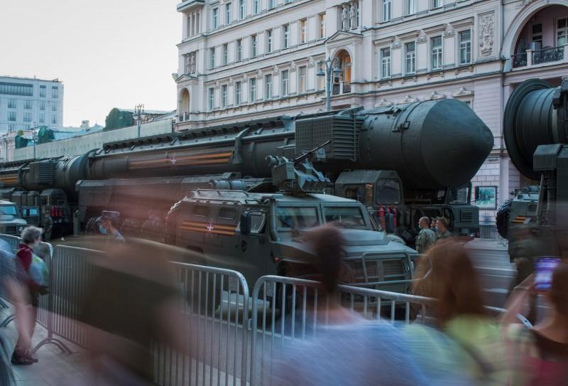 今年6月俄羅斯在莫斯科舉行勝利日閱兵預演,展示的戰略核武RS-24「亞爾斯」(Yars)洲際飛彈。(彭博)