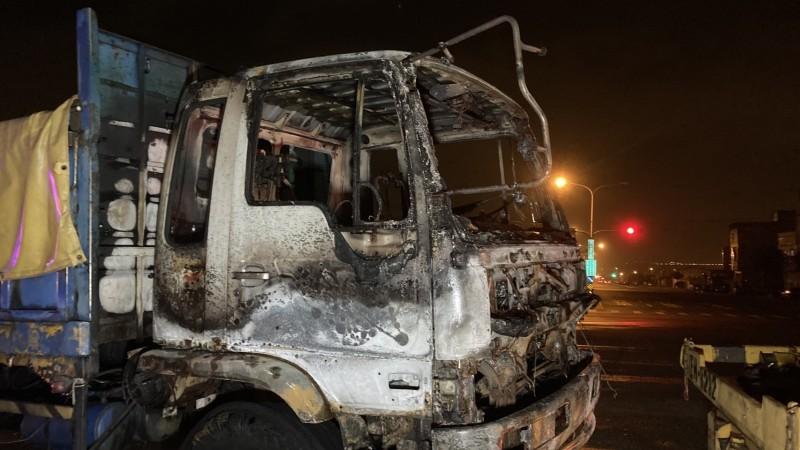 大禍車嚴重燒毀。(記者張軒哲翻攝)