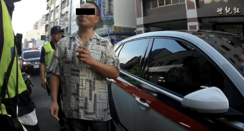爆怒男(中)咆哮之外,還企圖跑到馬路中央給車撞,員警控制行動實施保護管束。(記者張瑞楨翻攝)