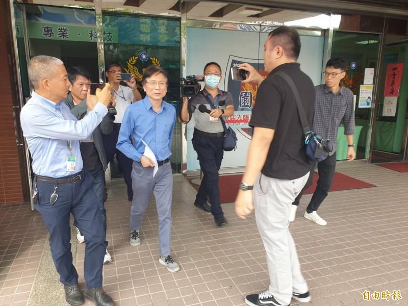 桃園市議員詹江村(中)前往桃園警分局對J女提出妨害名譽告訴。(記者周敏鴻攝)