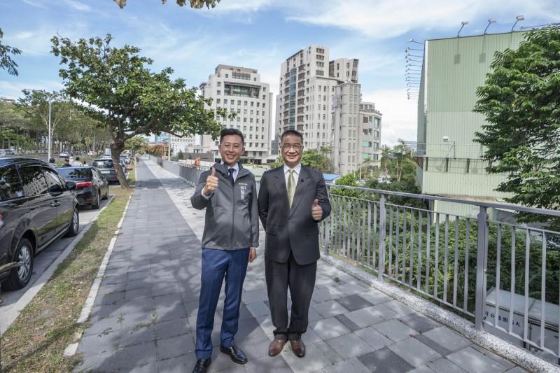 內政部長徐國勇(右)在市長林智堅陪同下視察,稱讚以人為本的公道五路是「台灣道路的典範及門面」。(市府提供)