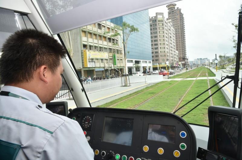 高雄市長陳其邁宣布,輕軌二階跑完41個優化路口的動態模擬後,3週後將依程序復工。(記者葛祐豪翻攝)