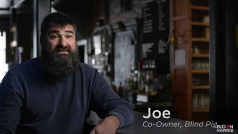 拜登電視競選廣告找來富豪金主冒充庶民酒吧老闆,抹黑川普。(圖擷取自YouTube影片)