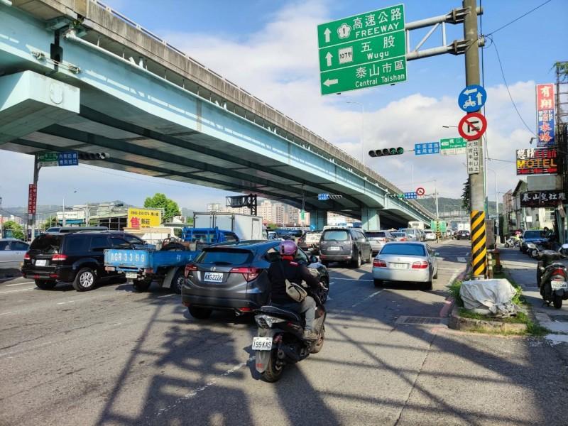 泰山區新五路尖峰時段,恢復左轉楓江路。(圖由新北市交通局提供)