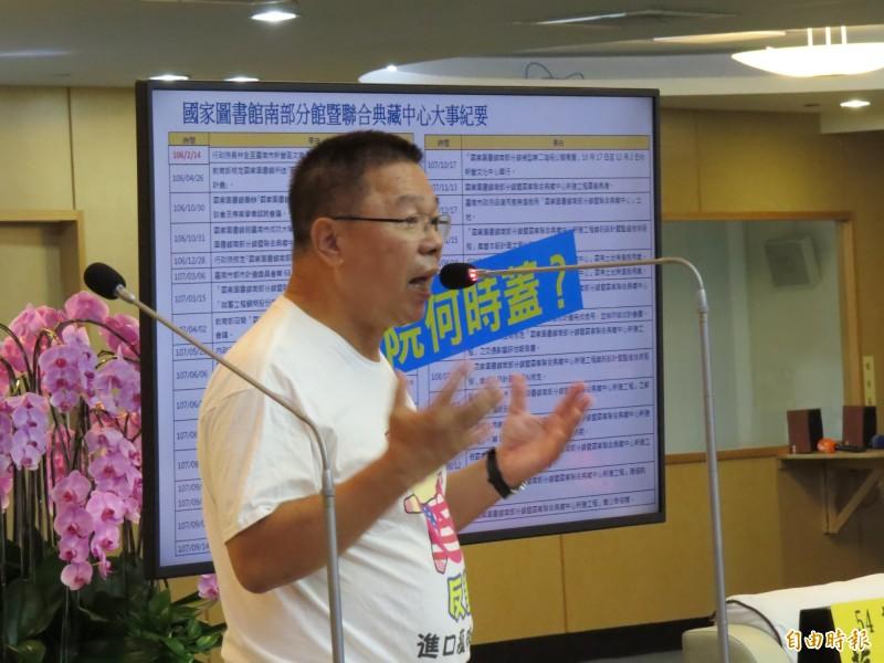 市議員蔡育輝質疑,市政建設重南北,10年來,台南溪北人口已減少逾3萬人。(記者蔡文居攝)