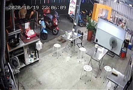 台中一名UberEats外送員,19日晚間到太平區一家飲料店取餐,和店家發生口角衝突。(民眾提供)
