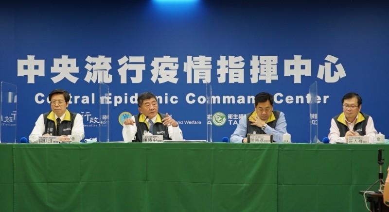 指揮中心說明秋冬防疫專案事宜。(指揮中心提供)