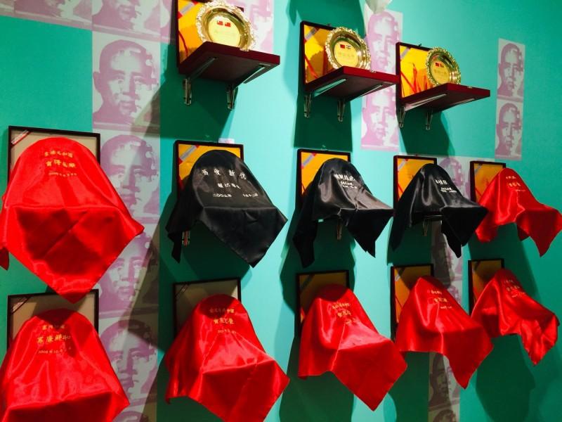 台北市立美術館現正展出《秘密南方:典藏作品中的冷戰視角及全球南方》,其中作品《哀敦砥悌》呈現與台斷交國家名、斷交日期,並配上一句負面成語,引發爭議。(台北市議員游淑慧提供)