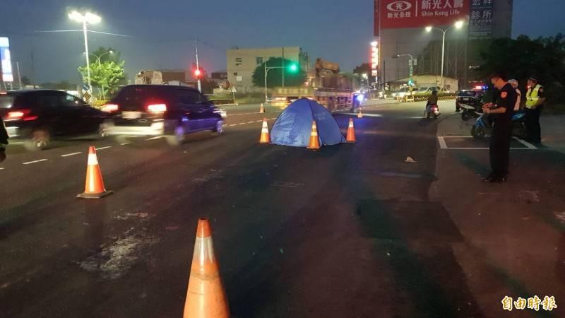 萬丹鄉西環路三叉路口,砂石車輾斃等紅綠燈的婦人。(記者葉永騫攝)