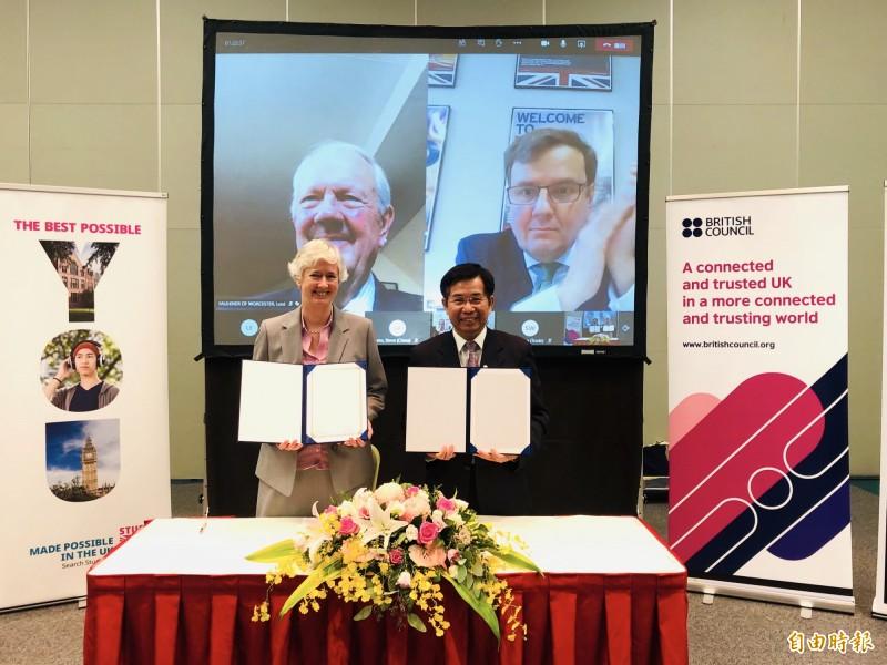 英國在台辦事處今與教育部簽署英語教育合作意向書,由英國駐台代表唐凱琳(Catherine Nettleton)與教育部長潘文忠代表簽署。(記者呂伊萱攝)