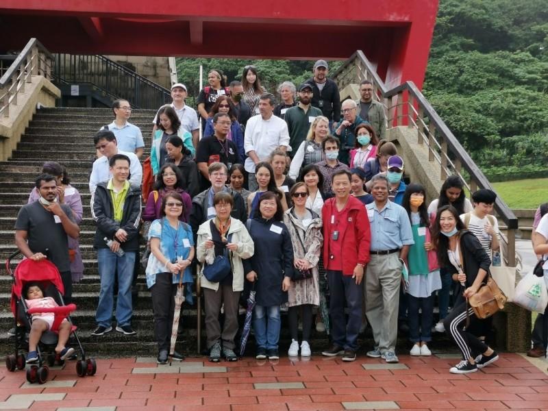 國際學人們在和平島地質公園合影。(國圖提供)