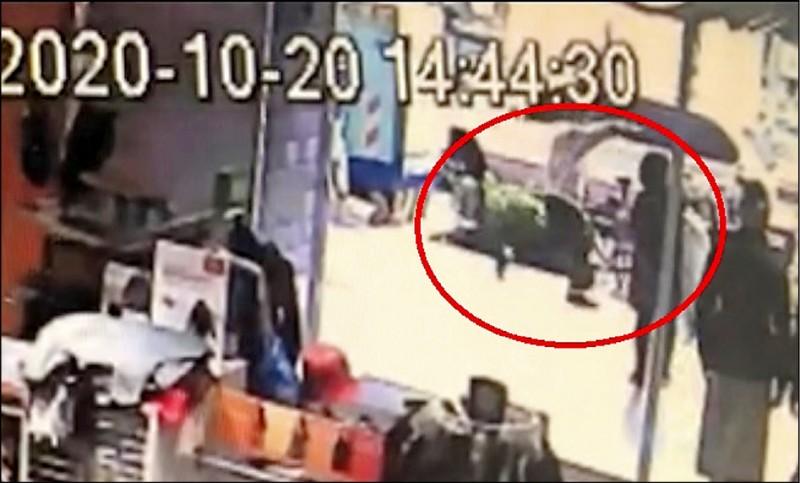中國信託東門分行傳出搶案,搶匪在銀行大廳就搶劫,被害人在後追趕不及。(記者王冠仁翻攝)