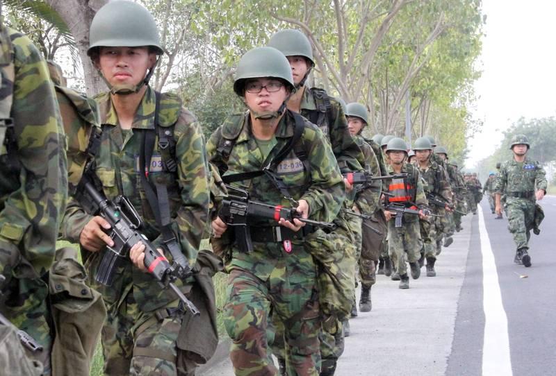 根據國防部規劃,未來4個月役期的軍事訓練役男,將會改採軍事訓練、教育召集訓練及後備編管結合一致,如新兵入營報到後,即依其未來作戰任務實施編管,以提升第二類型縱深及城鎮守備部隊作戰能力。圖為現行軍事訓練役男接受行軍訓練。(資料照,國防部提供)