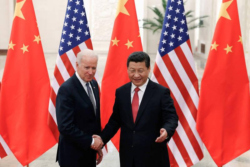 美國民主黨總統候選人拜登(左)和次子杭特「電郵門」連環爆,前白宮首席策士班農指出,拜登多年來一直在說謊,之後將全部曝光其與中國情報人員勾結的事情。右為中國國家主席習近平。(路透資料照)
