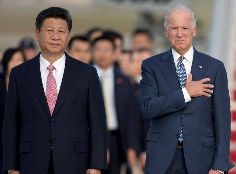 前紐約市長朱利安尼於當地時間20日晚間在節目上指出,拜登(圖右)收受了半數的賄款,他更稱拜登就像是「把美國賣給了中國」。圖為2015年時任副總統的拜登和中共領導人習近平在美國空軍基地唱美國國歌(美聯社)