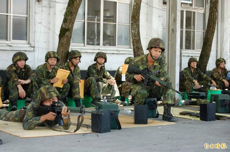 國防部「提升後備戰力」報告今天送抵立院,針對教育召集人員薪資,可檢討調增1.5倍;另外,每人8年內最多召訓4次,每次訓練14天。(資料照)