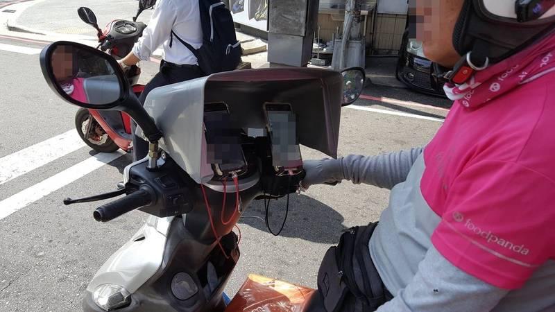 網友表示,在路上看到有外送員利用垃圾桶充當手機遮陽板。(圖擷自臉書「新·路上觀察學院」)