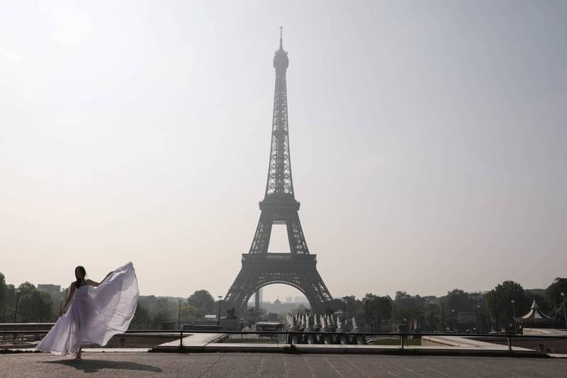 有在法國讀書的台灣人向媒體透露,先前在參觀「艾菲爾鐵塔」時,偶然發現在記錄各國摩天大樓的看板上,不僅有標註台灣國旗的台北101,且這項圖示旁邊就是標示了「中國五星旗」的上海東方明珠廣播電視塔。圖為示意圖。(法新社)