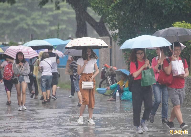 中央氣象局表示,今晚的雨勢將會持續至明天,民眾外出時務請攜帶雨具。(資料照)