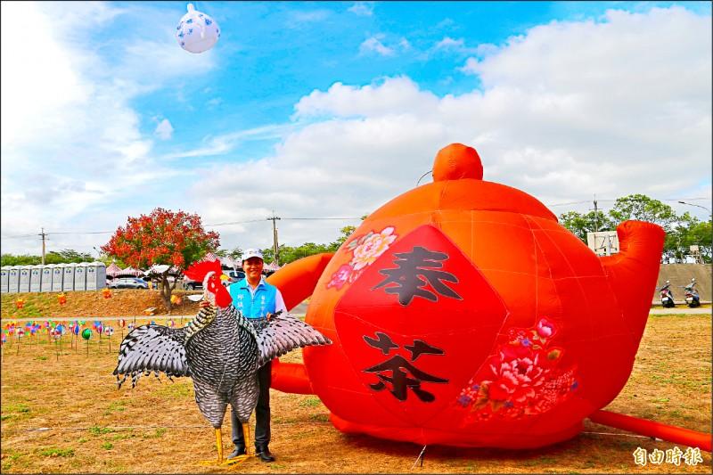 2020苗栗風箏文化暨客家美食節,將於24、25日在苗栗市經國路河濱公園登場,公所於昨天宣傳活動放飛大茶壺風箏。(記者彭健禮攝)