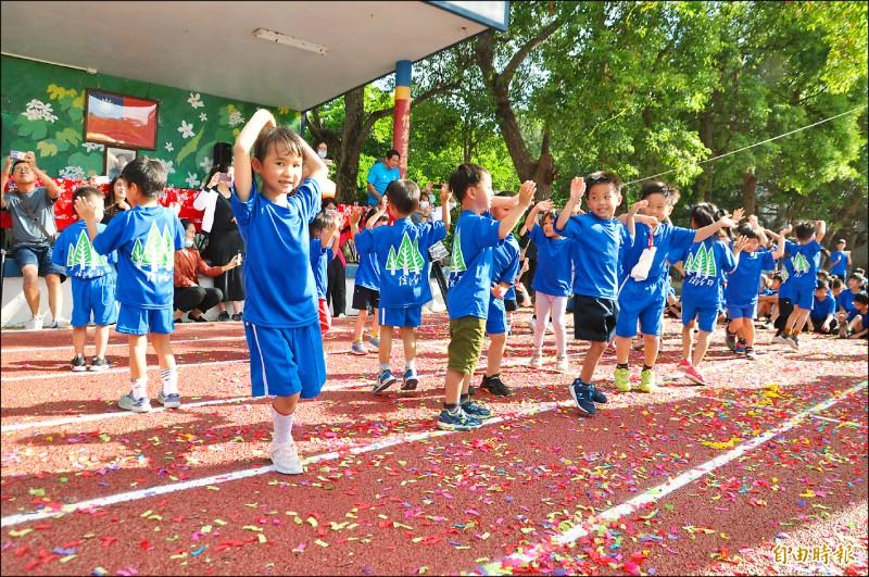 信德國小操場翻新,藉昨天校慶運動會啟用。(記者彭健禮攝)