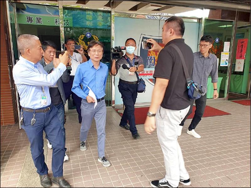 桃園市議員詹江村(中)中前往桃園警分局對女韓粉提出妨害名譽告訴。(記者周敏鴻攝)