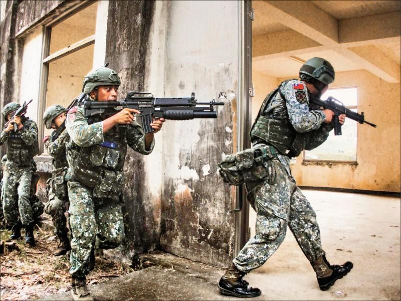 根據國防部報告,二〇二二年成立「防衛後備動員署」,後備指揮部併入陸軍,軍事訓練役男強化城鎮戰訓練。( 圖取自中華民國陸軍臉書)