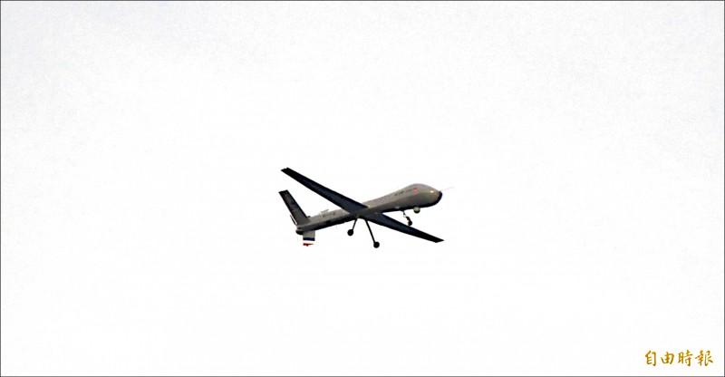 中科院自製的「騰雲」號無人機昨現蹤空軍台東志航基地上空,吸引軍事迷好奇捕捉身影。(記者陳賢義攝)