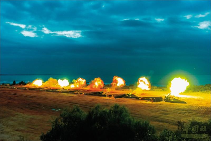 陸軍金門防衛指揮部聯合反登陸作戰操演,重砲齊放,威力驚人。(軍聞社)