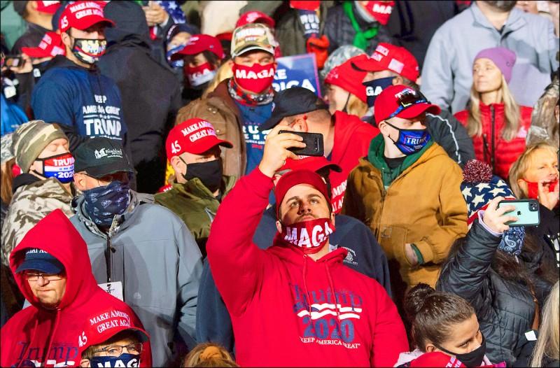 美國總統川普廿日在賓州伊利國際機場造勢固票,吸引大批支持者到場。(法新社)