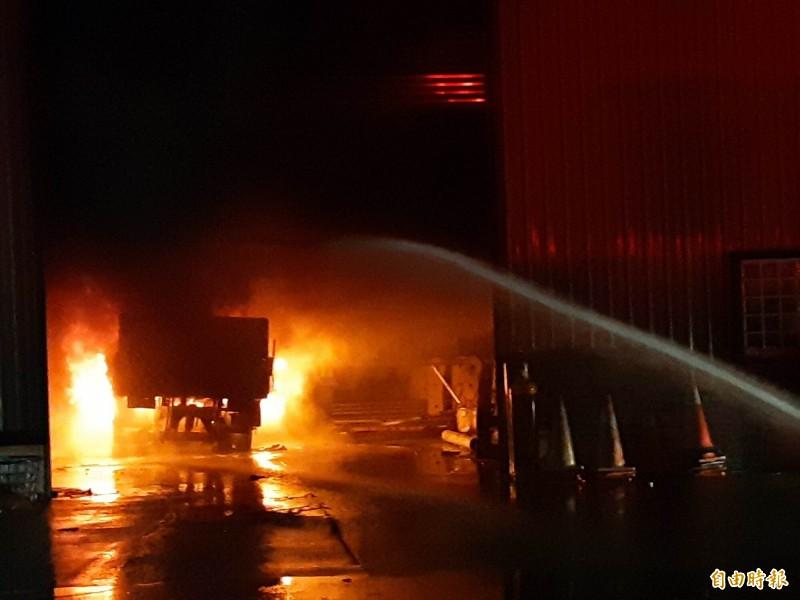 台東市正氣北路一家工廠內的貨車起火,熊熊燃燒。(記者黃明堂攝)