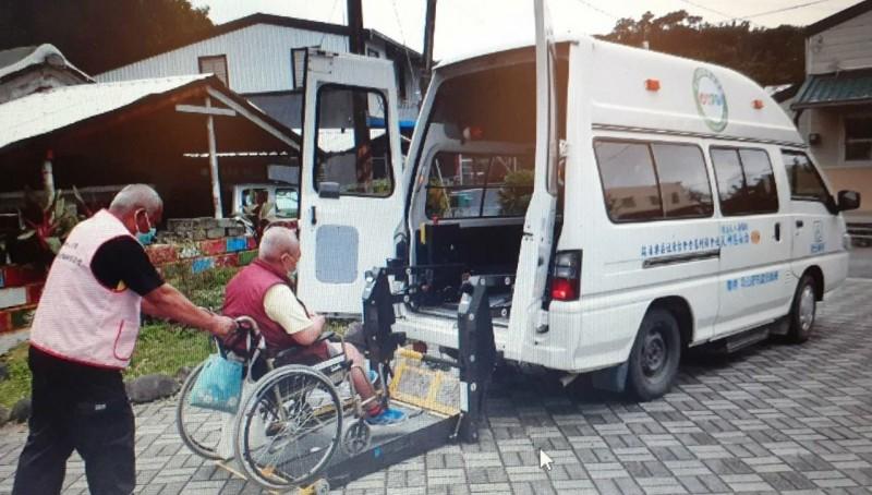 白永恩神父基金會發起「照亮迴家路計畫」,急盼大眾支持,得以添購1台訪視服務車與符合標準輪椅載運規格的復康車。(記者陳賢義翻攝)
