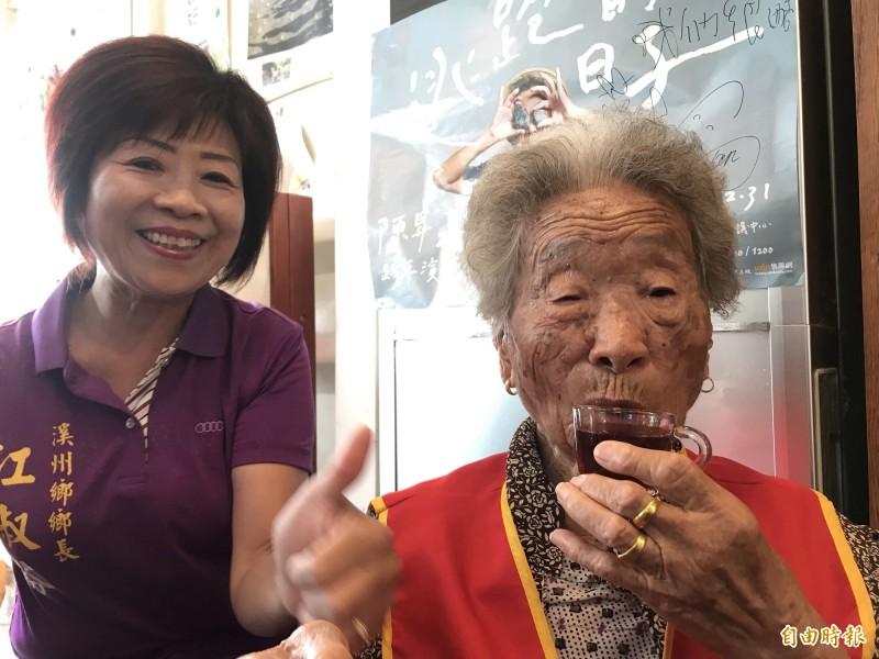 劉廖淨阿媽開心喝咖啡,自曝養生秘訣就是「吃雞腿」。(記者顏宏駿攝)