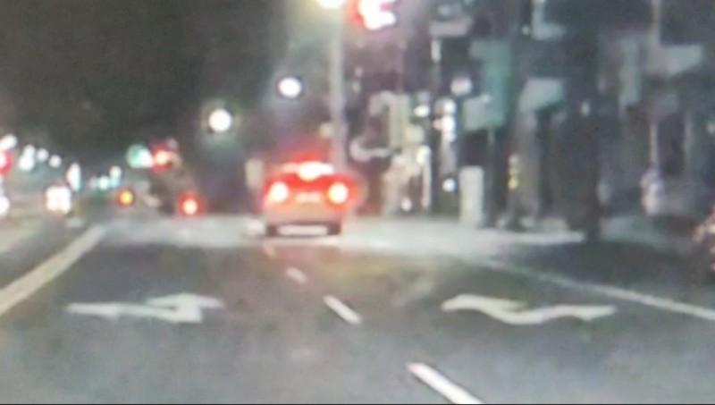 楠梓警方今年4月開罰1名女子開車闖紅燈。(圖由民眾提供)