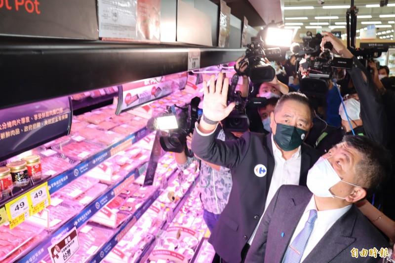 業者向陳時中(右前)說明賣場的豬肉產品標示方式。(記者翁聿煌攝)