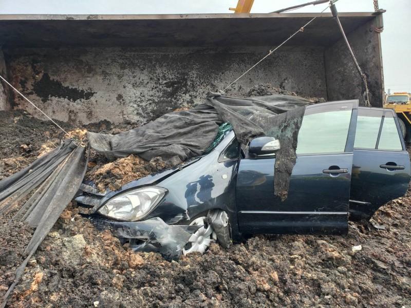 聯結車側翻後,輾壓到由劉男駕駛的自小客,結果副駕駛座邱女來不及逃生傷重喪命。(記者蘇福男翻攝)