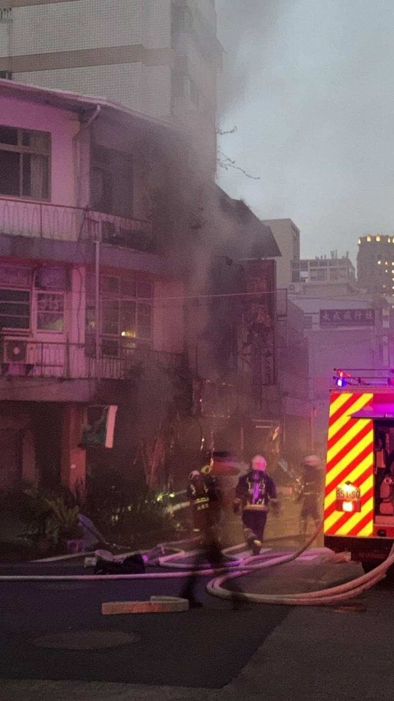 這起民宅火警發生於今天傍晚,起火位置為圖中的透天厝1樓。(記者張瑞楨翻攝)