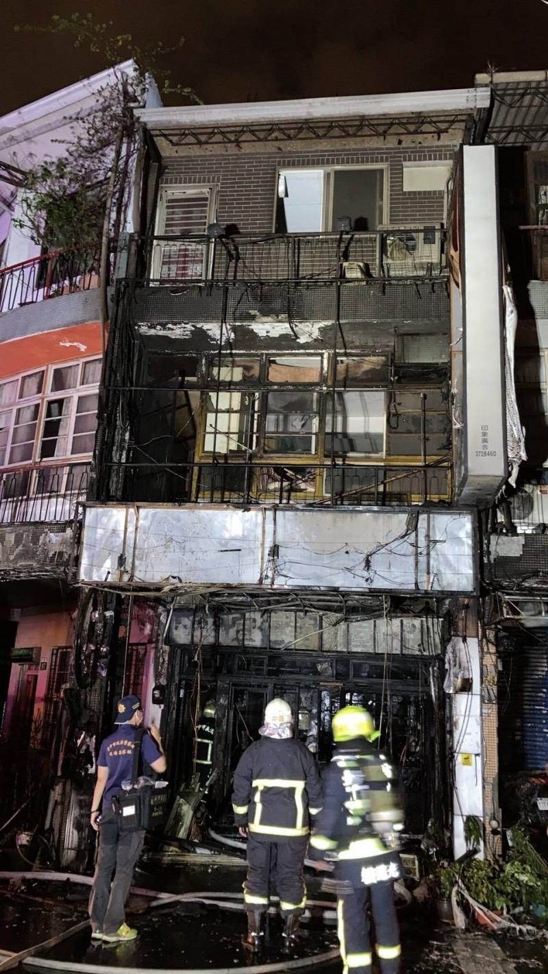 整棟三層樓透天厝,一、二樓燒得面目全非。(記者張瑞楨翻攝)