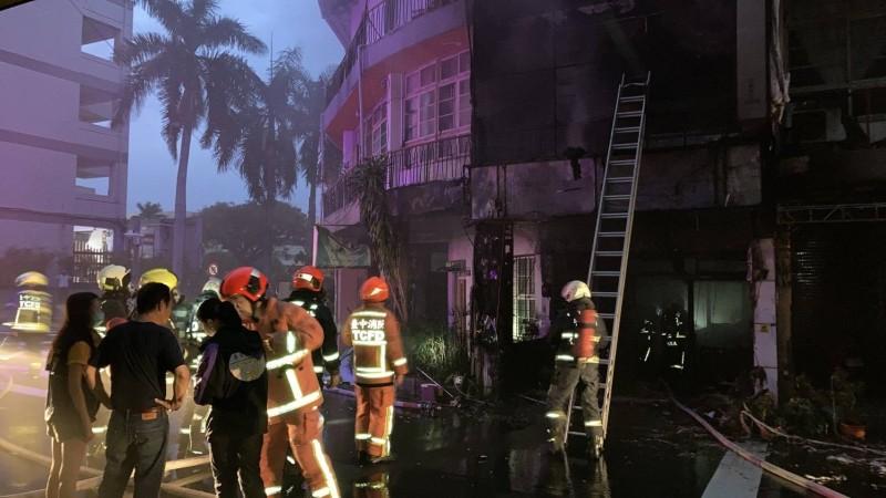 台中市西區五廊街一處民宅,今天傍晚5時許發生火警,消防員約20分鐘撲滅火勢。(記者張瑞楨翻攝)