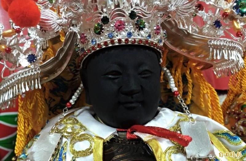 青鯤鯓朝天宮千歲爺「吳府千歲」神像右眼出現有如「淚痕」的痕跡,相當玄奇。(記者楊金城攝)