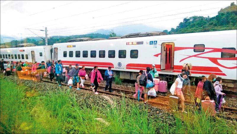 圖為台鐵431次台東開往樹林的普悠瑪號,106年在花蓮縣玉里三民車站附近發生出軌意外。(資料照,讀者提供)