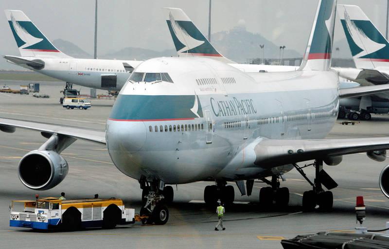 香港國泰航空昨宣布大裁員並即起停航港龍航空,國泰空服工會今表示,公司已向留任員工發出新合約,但減薪幅度最高多達36%,讓留任員工也感到徬徨。(法新社)