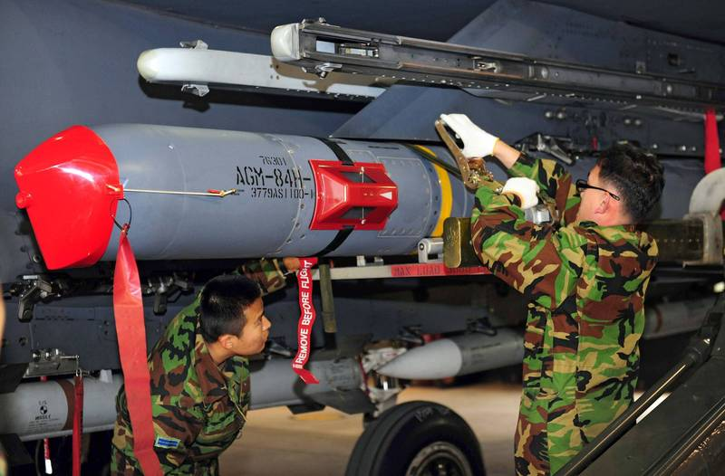 圖為南韓軍人正在檢修「增程型距外陸攻飛彈」AGM-84H(SLAM-ER)。(法新社)